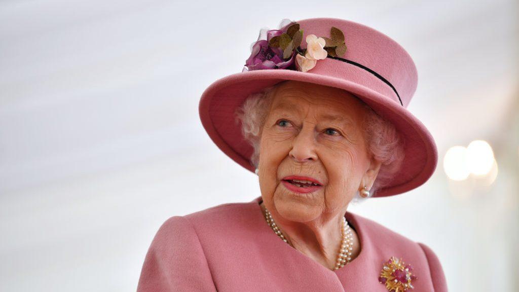 """Reina Isabel II canceló viaje por recomendación médica: """"Aceptó a regañadientes"""""""