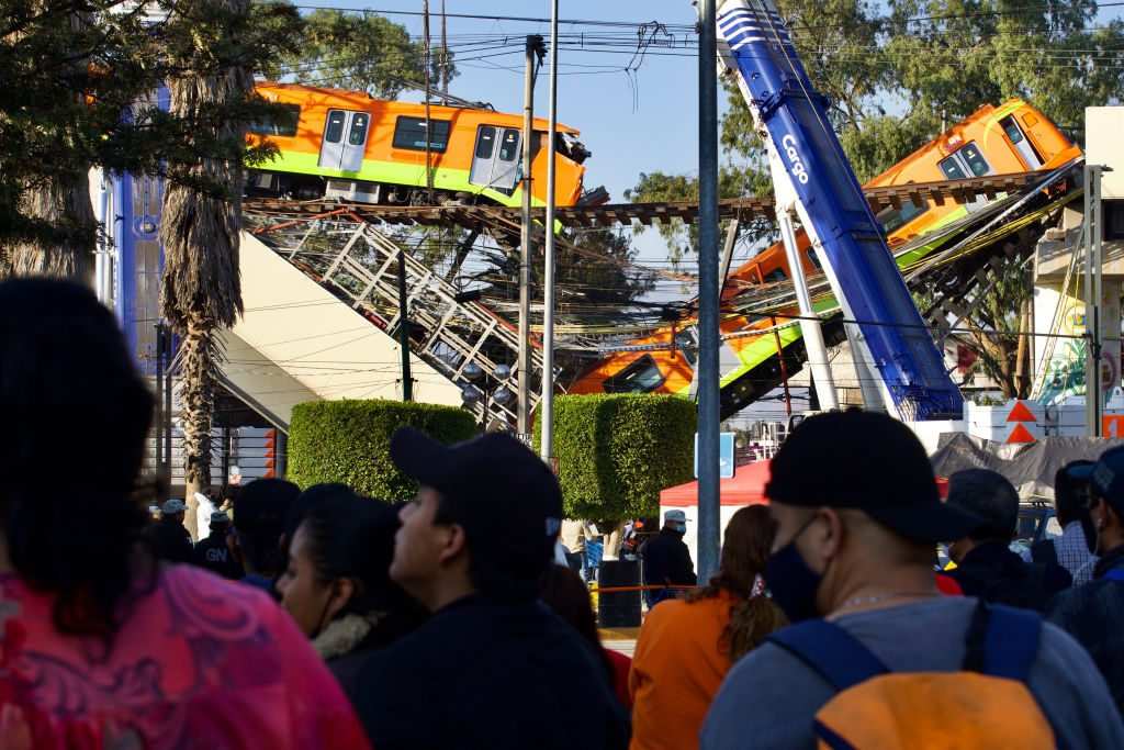Fiscalía acusa a diez exfuncionarios por el desplome de un tramo elevado del metro de México