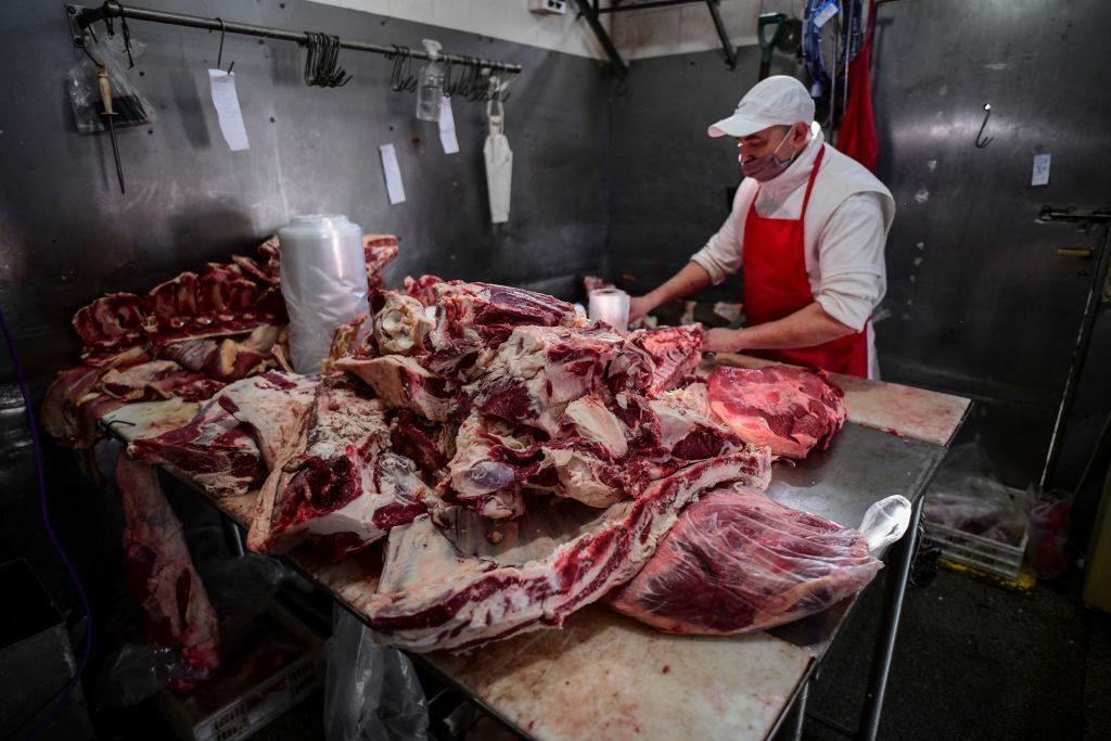 Gobierno de Argentina congeló los precios de 1.400 productos básicos para frenar la inflación