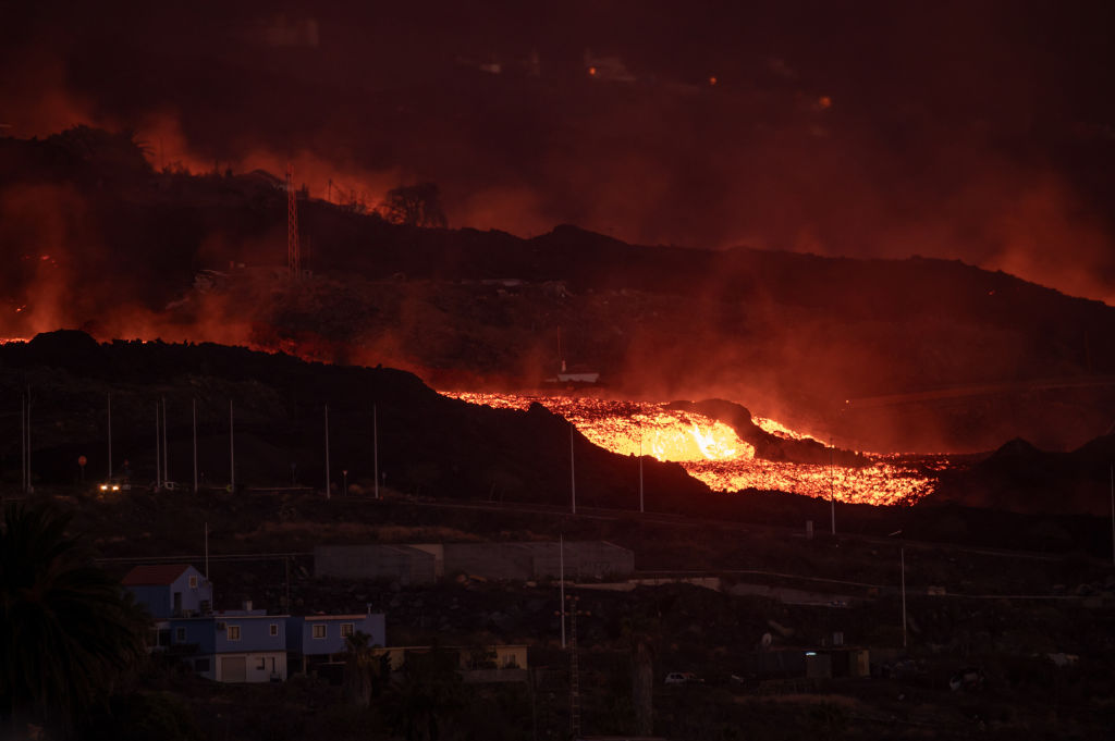 La lava fluye desde la Cumbre Vieja del volcán en la isla española La Palma