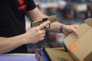 Agrupación de fiscales de EEUU llamaron a prohibir la venta de armas a menores de 21 años