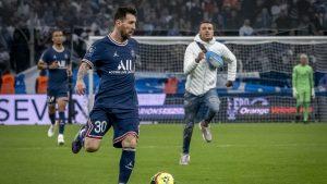 Hincha se atrevió a frenar una jugada ofensiva de Lionel Messi en pleno clásico francés
