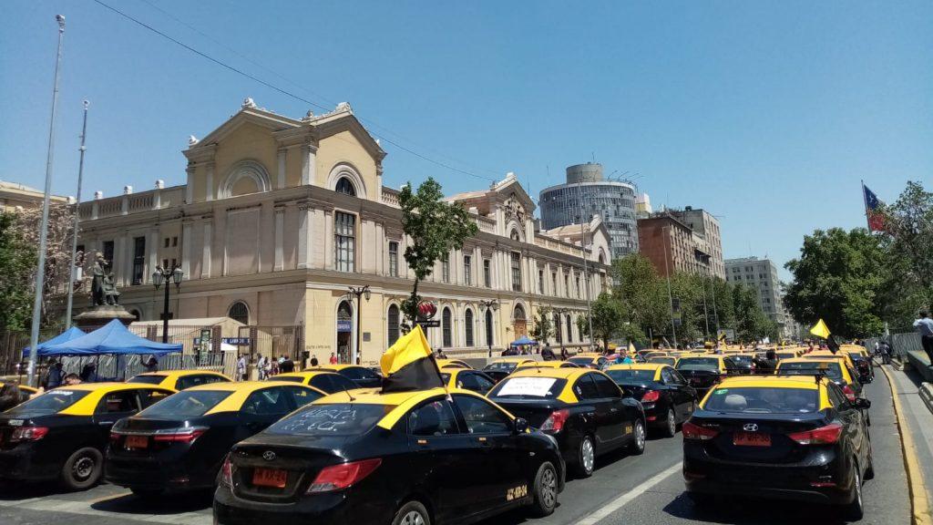 Taxistas paralizaron calles de Santiago pidiendo eliminar el impuesto específico a los combustibles e igual trato con aplicaciones