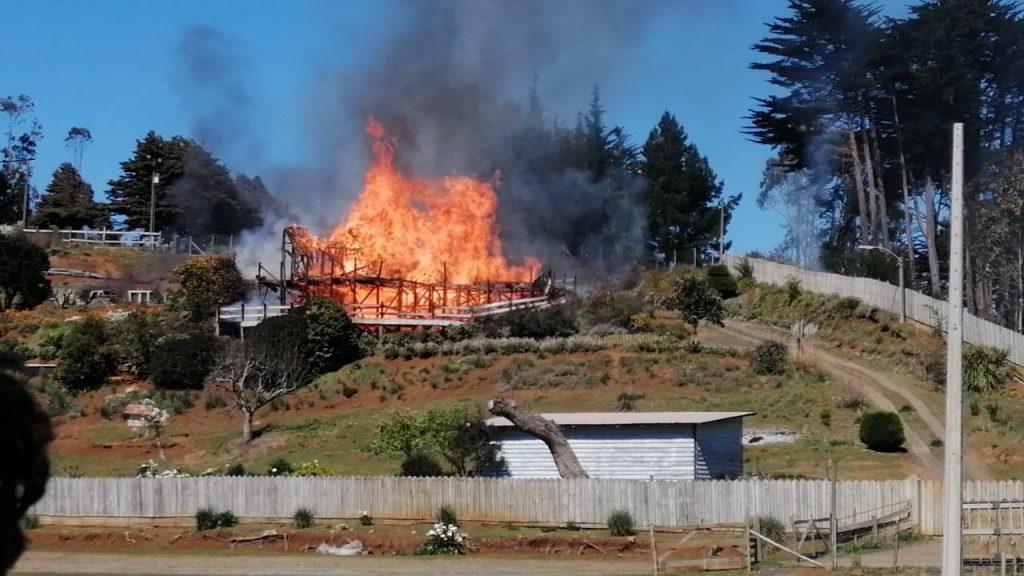 Región del Biobío: Desconocidos quemaron casa con adulta mayor en su interior