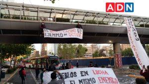 Estudiantes de la ACES protestaron en Providencia a dos años del estallido social: se colgaron de un puente peatonal