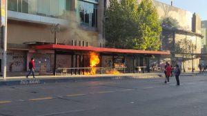 Saqueos y barricadas marcan conmemoración del 18-O en Santiago Centro