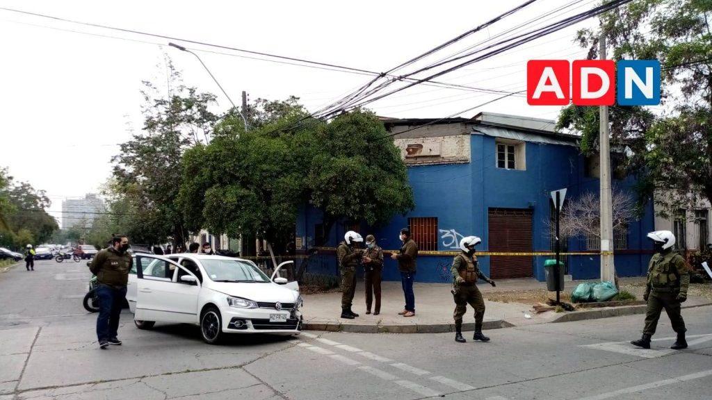 Persecución policial en Santiago terminó con dos personas detenidas: Se investiga vinculación con asesinato de dos mujeres