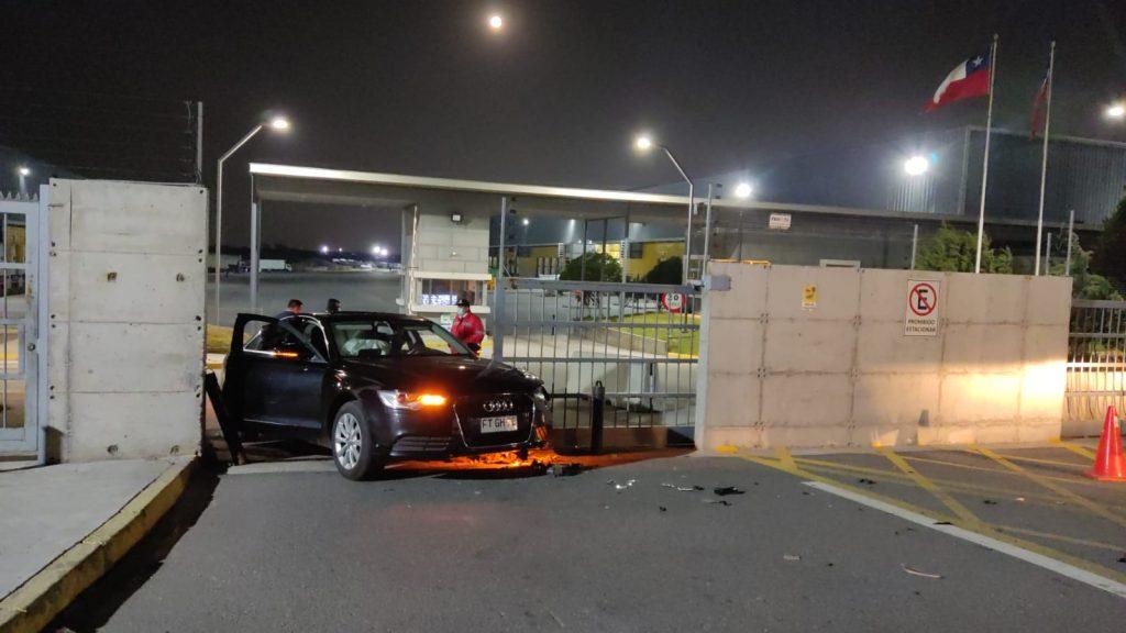 Robo en empresa de Pudahuel terminó en balacera y con un vehículo atrapado en una reja tras intento de escape