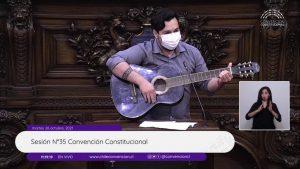 El particular discurso de Nicolás Núñez en la Convención Constitucional: citó a Chayanne y terminó tocando guitarra