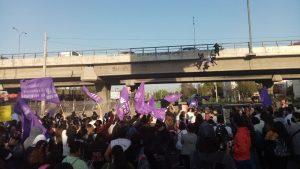 Protesta habitacional: manifestantes se colgaron de puente sobre la Rotonda Grecia
