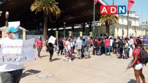 """""""Por la razón o la fuerza"""": Comerciantes ambulantes protestan en Estación Central exigiendo que se les permita vender en el lugar"""